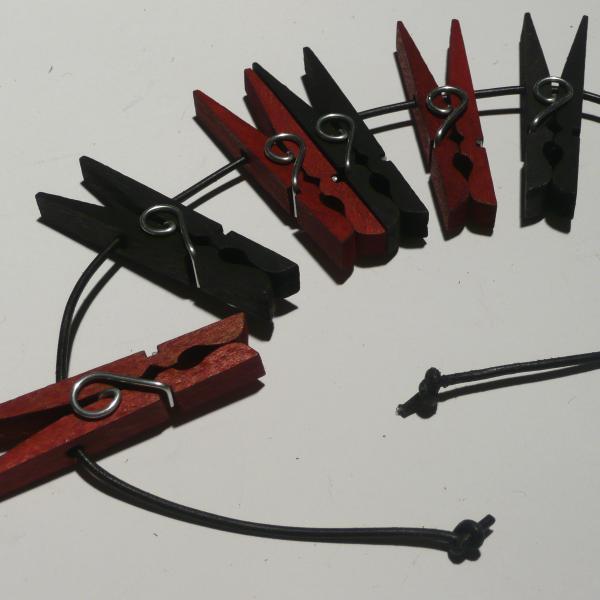 Holzklammern, 6er-Set schwarz/rot