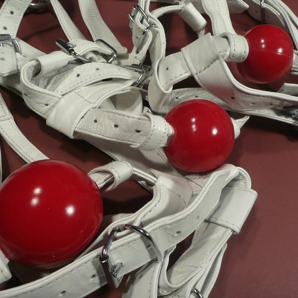 Weißer Knebelharness mit Silikon-Ball, rot
