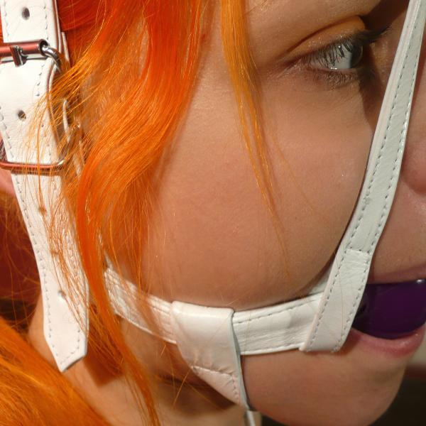 Weißer Knebelharness mit Silikon-Ball, lila