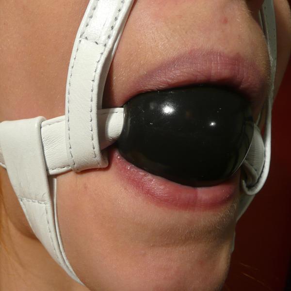 Weißer Knebelharness mit Silikon-Ball, schwarz