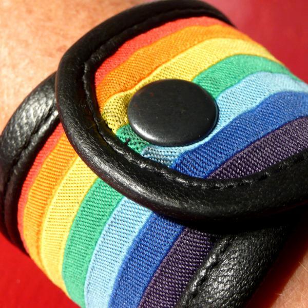 Leder-Armband mit Regenbogen-Flagge